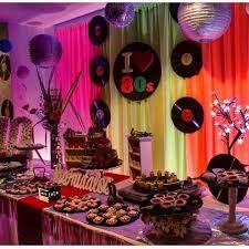 Resultado de imagen para decoracion de fiestas con discos for Decoracion 80 anos ipuc