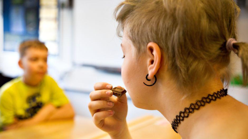 Laaja suomalaistutkimus selvittää, miten tietoisuustaitojen harjoittelulla voidaan parantaa lasten ja nuorten stressinhallintaa, tunteiden säätelyä, tarkkaavaisuutta ja mielenterveyttä. Ensimmäisten tulosten mukaan nuoret itse kokevat saaneensa harjoittelusta hyötyä muun muassa vaikeiden tunteiden hallintaan ja ihmissuhteisiin.