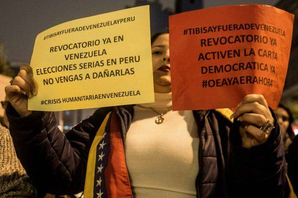 La llegada a Perú de las presidenta del Consejo Nacional Electoral (CNE) de Venezuela, Tibisay Lucena, fue criticada por sus compatriotas residentes en Lim