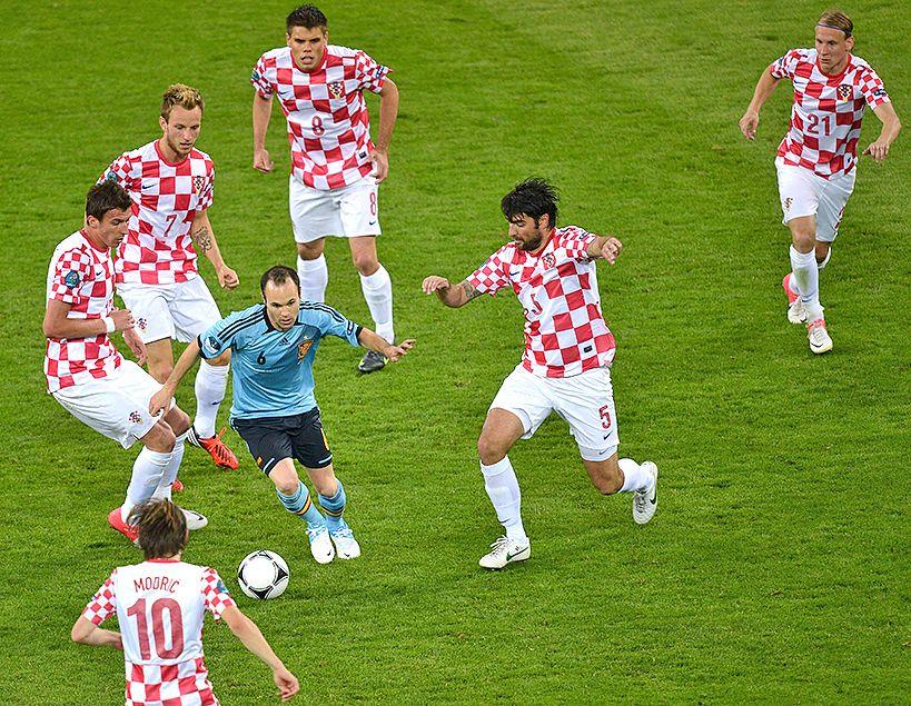 Iniesta intenta driblar a varios croatas en la Eurocopa 2002