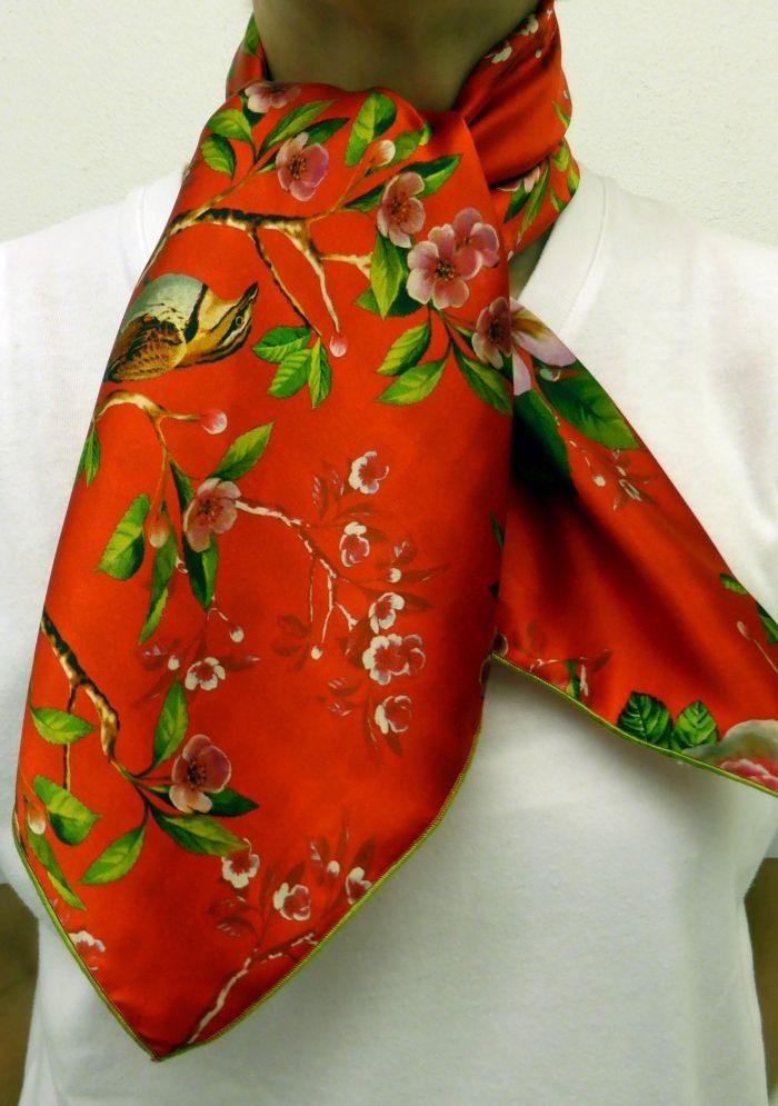 6c220a3bb2773 Très beau foulard carré de soie orange à fleurs vertes avec finition  bourdon couleur vert en