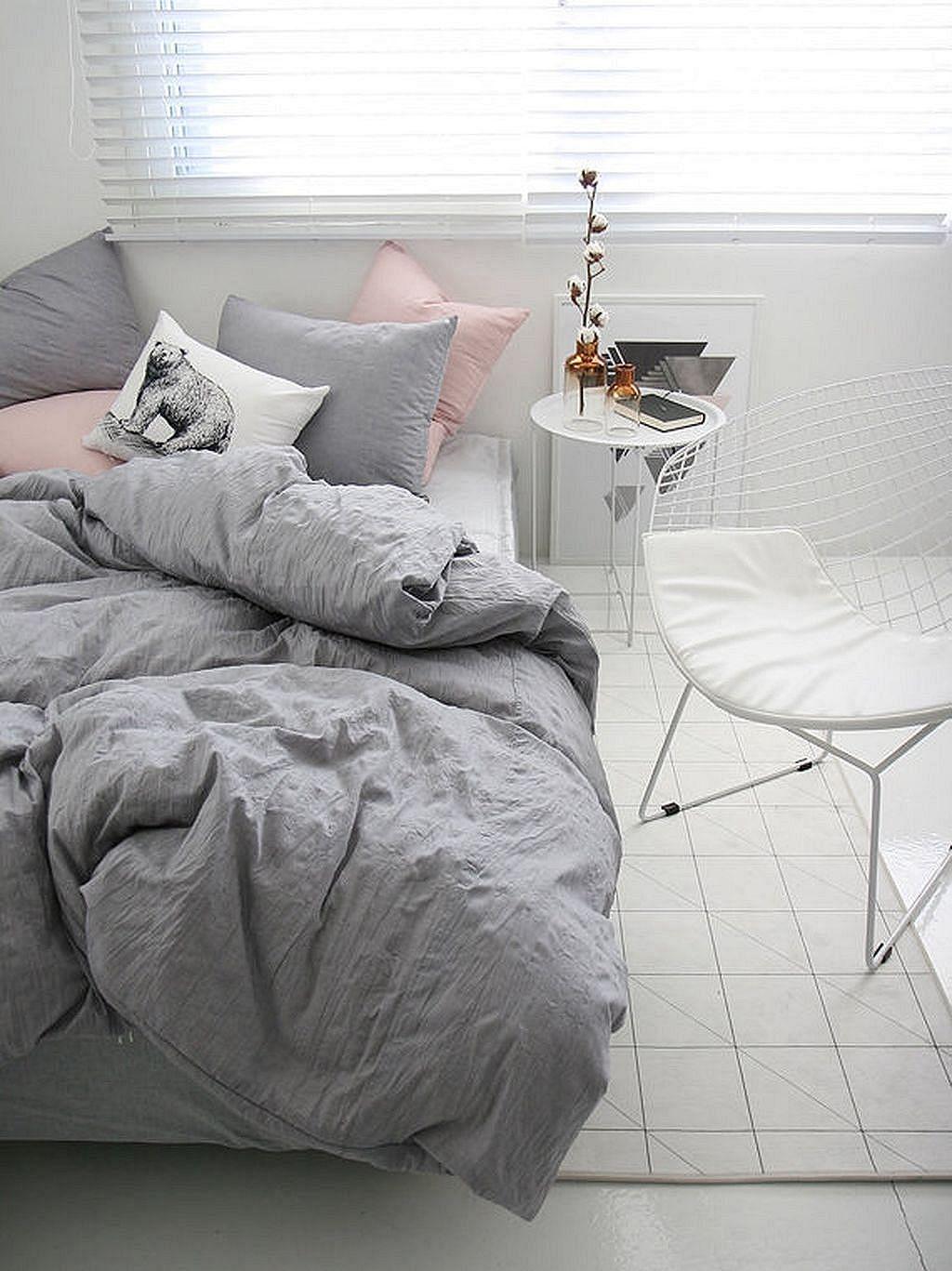 literie couleur menthe couverture grise ensemble de literie rose idees originales idees pour la maison petite maison decoration maison chambre neutre