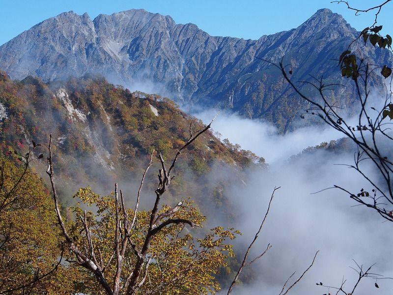 穂高岳の峻険な姿が雲上に現れます。右手が前穂高岳、その左手に吊尾根 ...