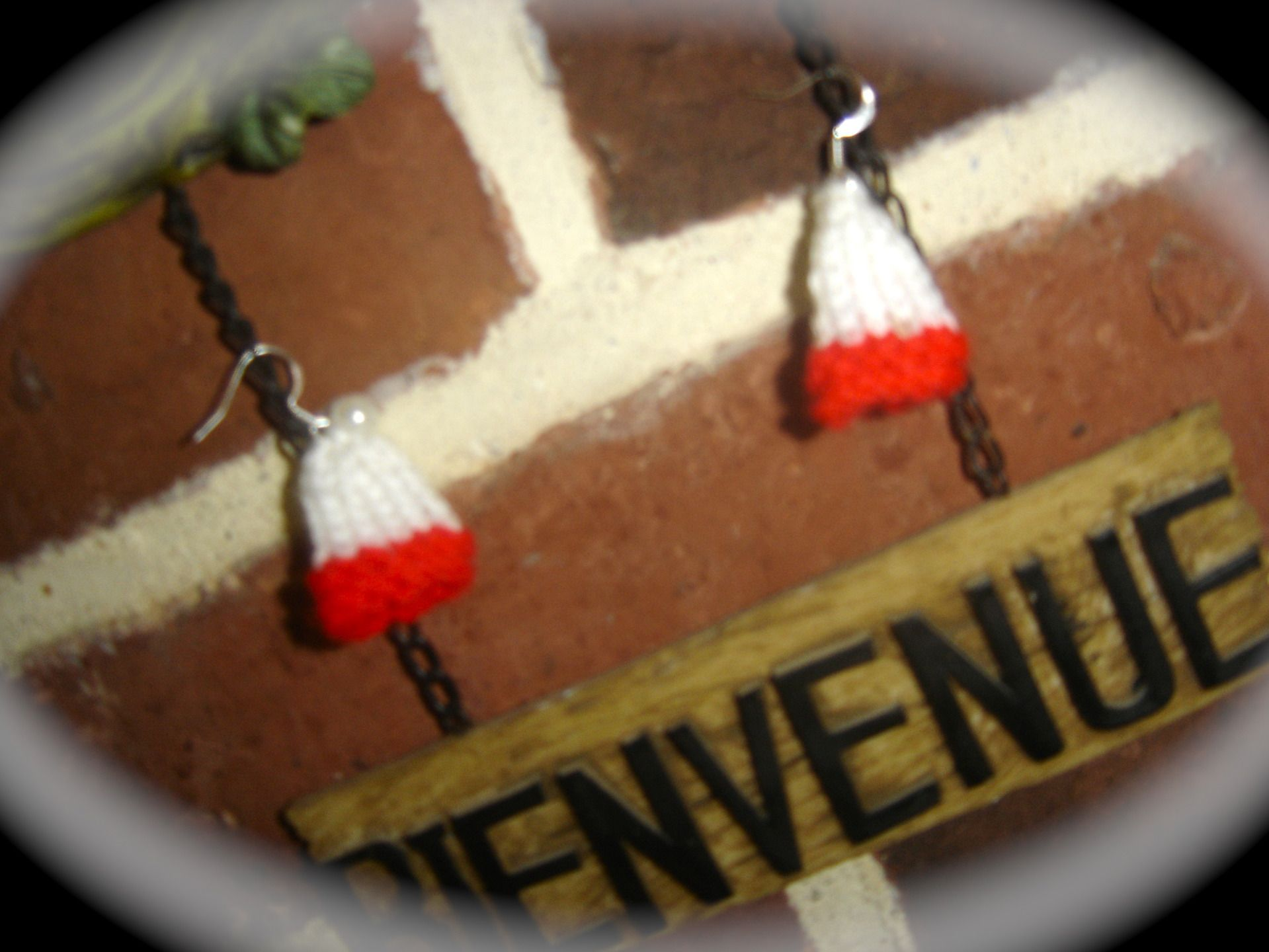 Boucles d'oreille bonnet miniature de Noel tricotées main : Boucles d'oreille par jodestyl