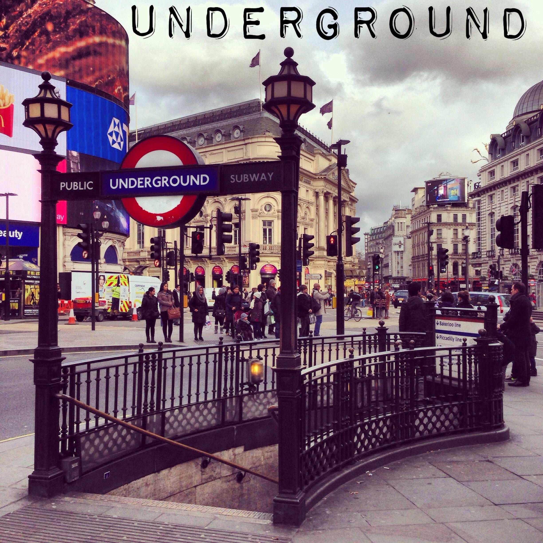 Underground. El metro de Londres es uno de los mejores del mundo. Muy rápido.