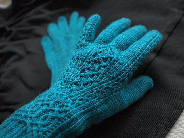 viele bemerkenswerte Handschuh- oder Mützenanleitungen kostenfrei   ---   Ravelry: Meisi pattern by Julia Mueller