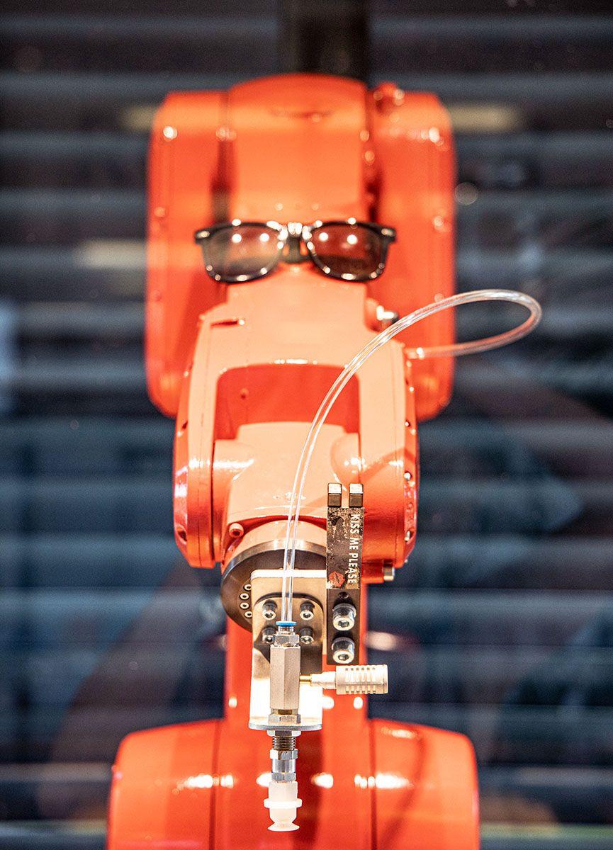 Lasst Euch Mal Von Unserem Roten Roboter Pralinen Servieren Das Ist Sehr Amusant Und Kostlich Kakaobohne Kakao Roboter