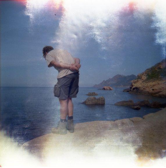 Lichtlekken bij Porto, Corsica. Holga 120 CFN met Lomography CN 400 film.