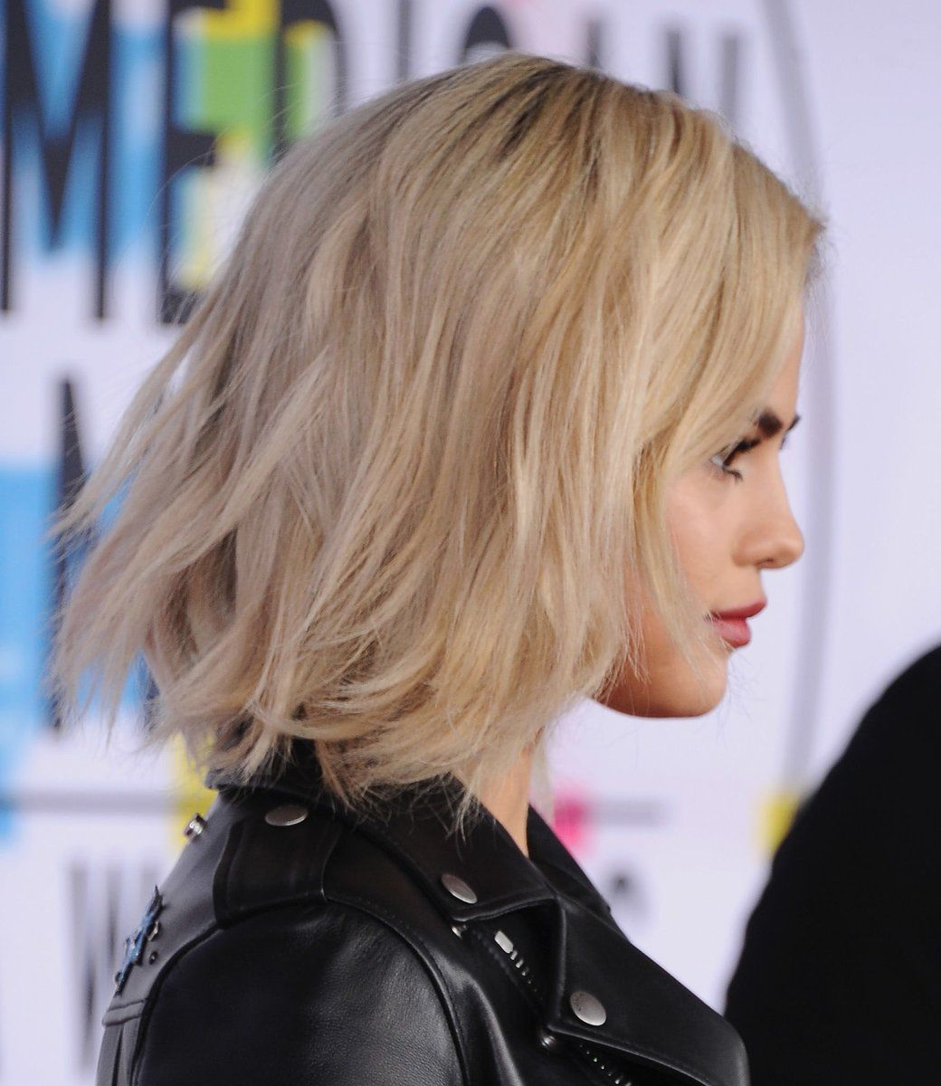 November 19 Selena Gomez Goes Blonde At The Ama 2017 Selenagomez Selena Gomez Hair Hairstyle Hair