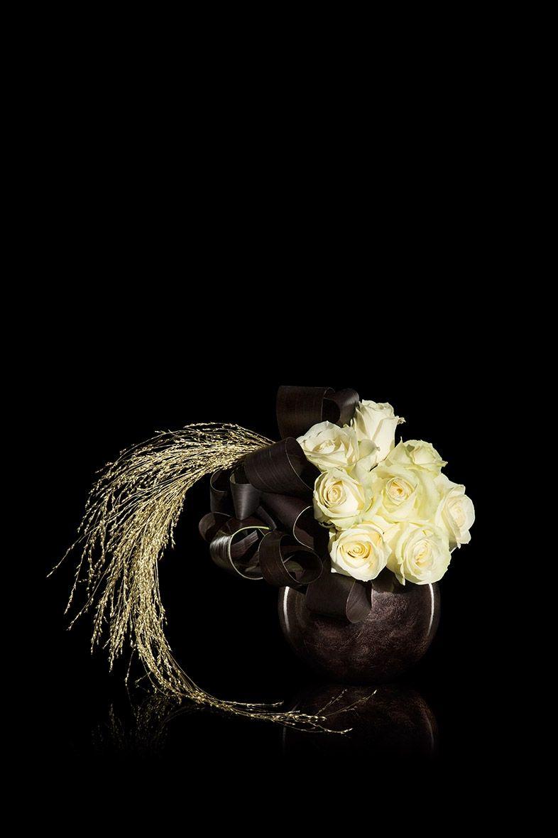 Allestimenti Speciali Armani Fiori Rose Bianche Foglie Di Cordyline Nere Ikebana Flower Arrangement Hotel Flower Arrangements Christmas Flower Arrangements