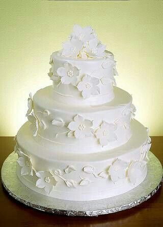 I like the white flowers on this cake