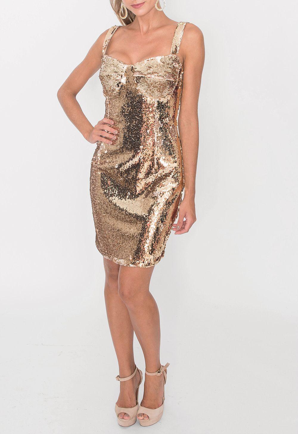 3c31bf90d Vestido curto todo bordado em paetê dourado. Possui alças em tiras largas e  costura no