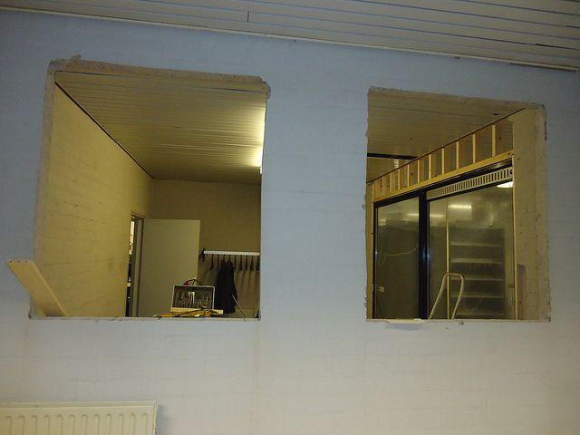Het oude magazijn van Theek 5 wordt de ontvangstruimte van Stichting Richting, hierin horen ook ramen. 15-01-2013