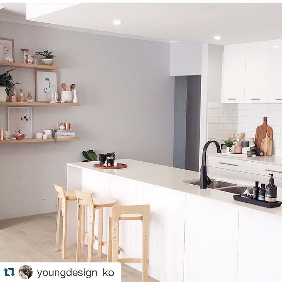이런 주방 깔끔하면서도 느낌좋다!!!! 블랙 화이트 원목의 적절한 조화 #인테리어 #interior #homedeco #주방 #kitchen #원목 #선반 #의자 #바의자 #Repost @youngdesign_ko with @repostapp.  Love looking at @misskyreeloves Instagram and blog.. So inspirational! #instadaily #inspiration #interiordesign #interiorforyou #interiorstyling #decor #design #designblog #designideas #designinspo #designstudent #kitchenideas #kitchen #scandinaviandesign #scandi #simplestyling #beautifulkitchen #woodenstools #islandbench #wallshelves #brightkitchen by…