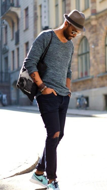 tenue pull col rond bleu jean d chir noir chaussures de sport bleu clair sac fourre tout. Black Bedroom Furniture Sets. Home Design Ideas