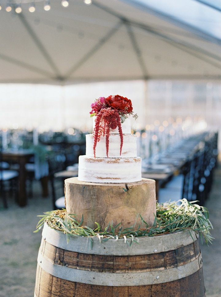 Wedding cake with burgundy wedding flowers | fabmood.com #weddingcake #fallwedding #wedding