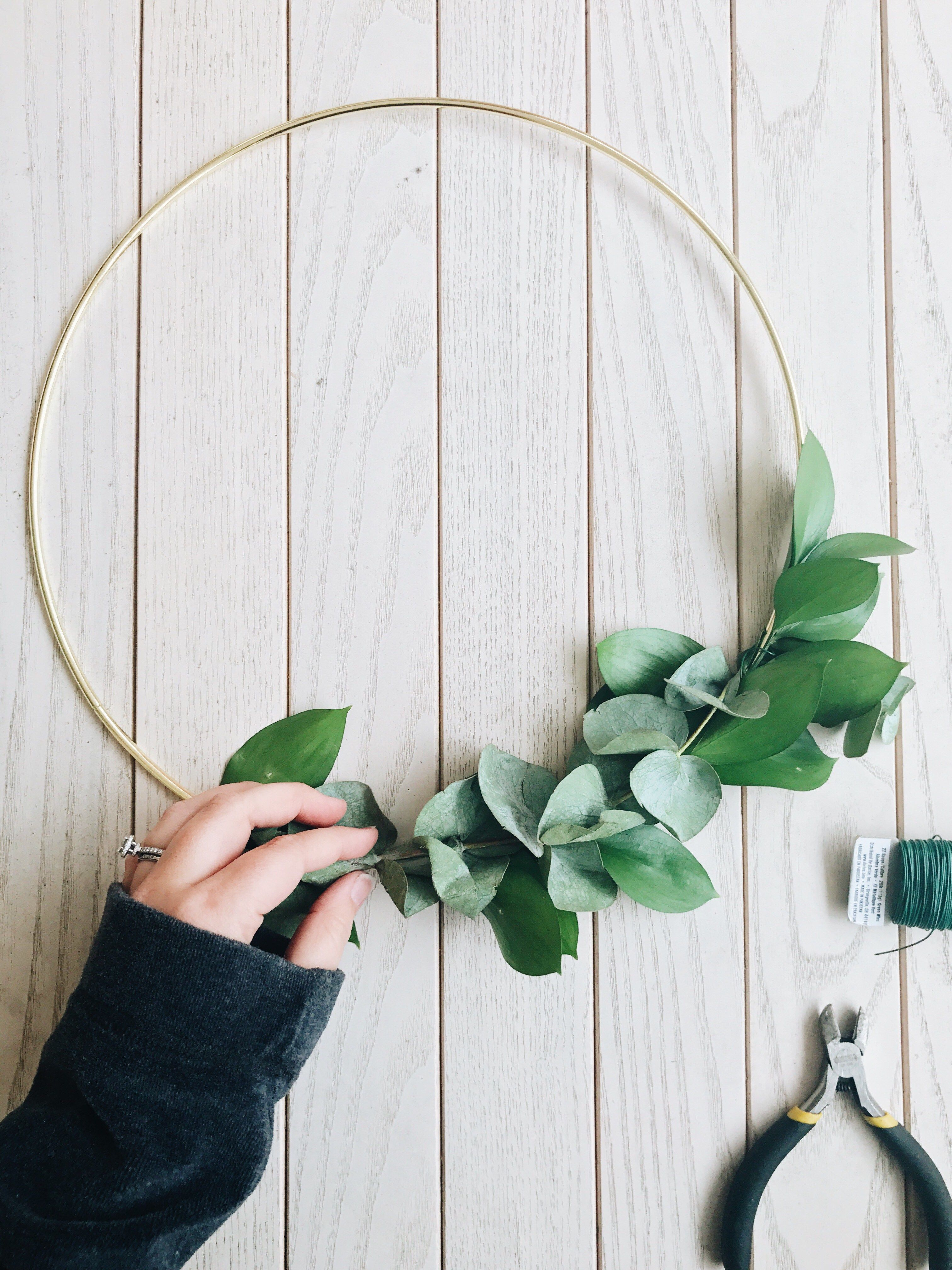 Photo of How to Make Asymmetrical Holiday Wreaths – Hey Katie