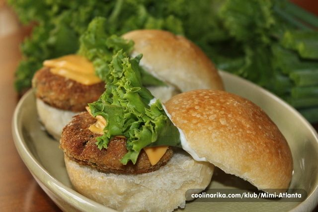 Tuna slidersi(slajdersi) su ustvari tuna burgeri samo sto su pravljeni u manjim oblicima nego obicni burgeri...odlicni su jako ukusni i socni...