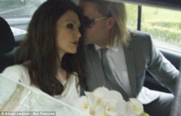 Brangelina Wedding Kiss In The Car Brad Pitt And Angelina Jolie Brad Pitt Brad Pitt Pictures