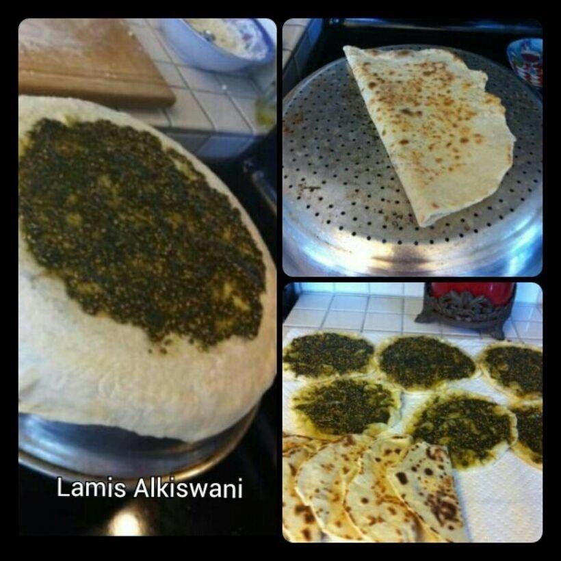 الحاجة ام الاختراع كان جاي على بالنا مناقيش على الصاج 2 1 2 كوب من الطحين 2 ملعقة طعام سكر Middle Eastern Food Desserts Easy Diner Recipes Syrian Food