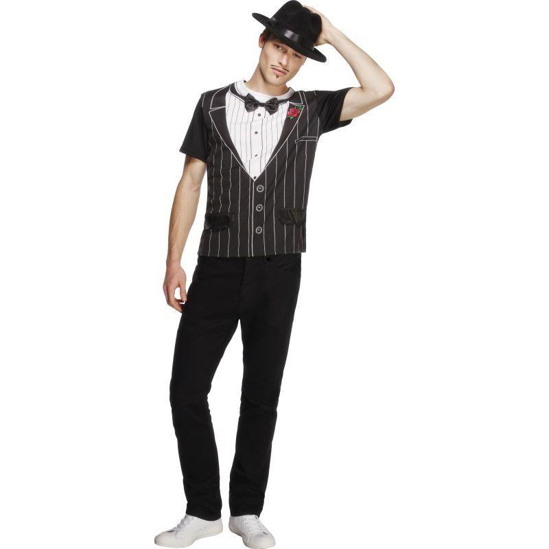 Ce déguisement de mafia pour adulte se compose d'un t-shirt. Disponible en taille unique (M/L). Le t-shirt représente un gilet de costume à rayures, une chemise et un noeud papillon. Une fleur rouge est également dessinée. Il vous suffit ensuite d'ajouter