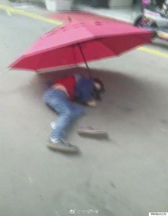 한 어린이가 우산을 낙하산처럼 이용해 10층에서 뛰어내렸다  #페친 #맞팔 #스포츠토토 #분석픽 #먹튀 #동인지 #야애니 #토토군 ⚽️🏀⚾️스포츠 토토 정보 전문 커뮤니티 토토군입니다. https://totogun.com