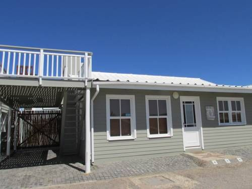 Point Village Accommodation -Linky's House Mossel Bay Located 2 km from Santos Beach in Mossel Bay, this holiday home features a terrace. The property is 5 km from Diaz Strand and private parking is offered.  A dishwasher and an oven can be found in the kitchen and there is a private bathroom.