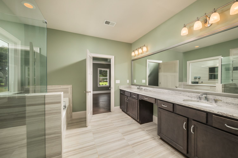 Fine This Huge Bathroom Is Stunning The Vanity Has Double Sinks Download Free Architecture Designs Scobabritishbridgeorg