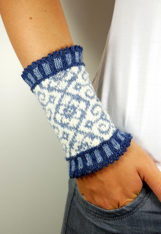 Photo of Impulswärmer BASTIENNE fair isle norwegisches Muster Ornamente Manschetten Armstulpen gestrickt blau hellblau Wolle weiß Geschenk Winter