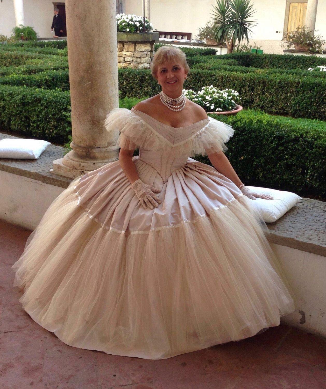 Abito Vittoriano Da Ballo Victorian Ball Gown In Taffeta Cipria E Tulle Color Miele Con Bertha Modello Q Victorian Ball Gown Ball Gowns Victorian Prom Dress [ 1500 x 1258 Pixel ]