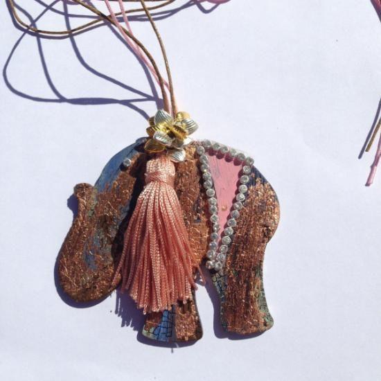 Pieza única cortada y pintada a mano adornada con cristales de Swarouski, borla de Venecia cordón de plata