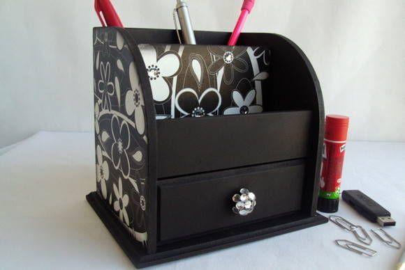 Porta canetas em mdf decorado com decoupagem de flores preta e branca e aplicações de chatons. Possui duas divisões para organizar canetas, lápis, régua, borrachas, etc e gavetinha. Ótimo ítem para deixar sua mesa de escritório super bonita e organizada!