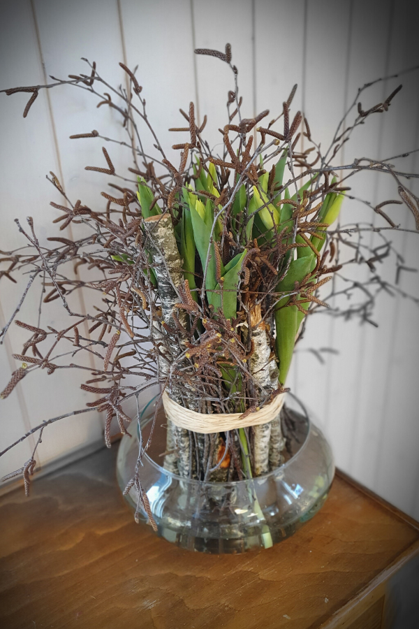 Frühlingsdekoration mit Tulpen & Holz