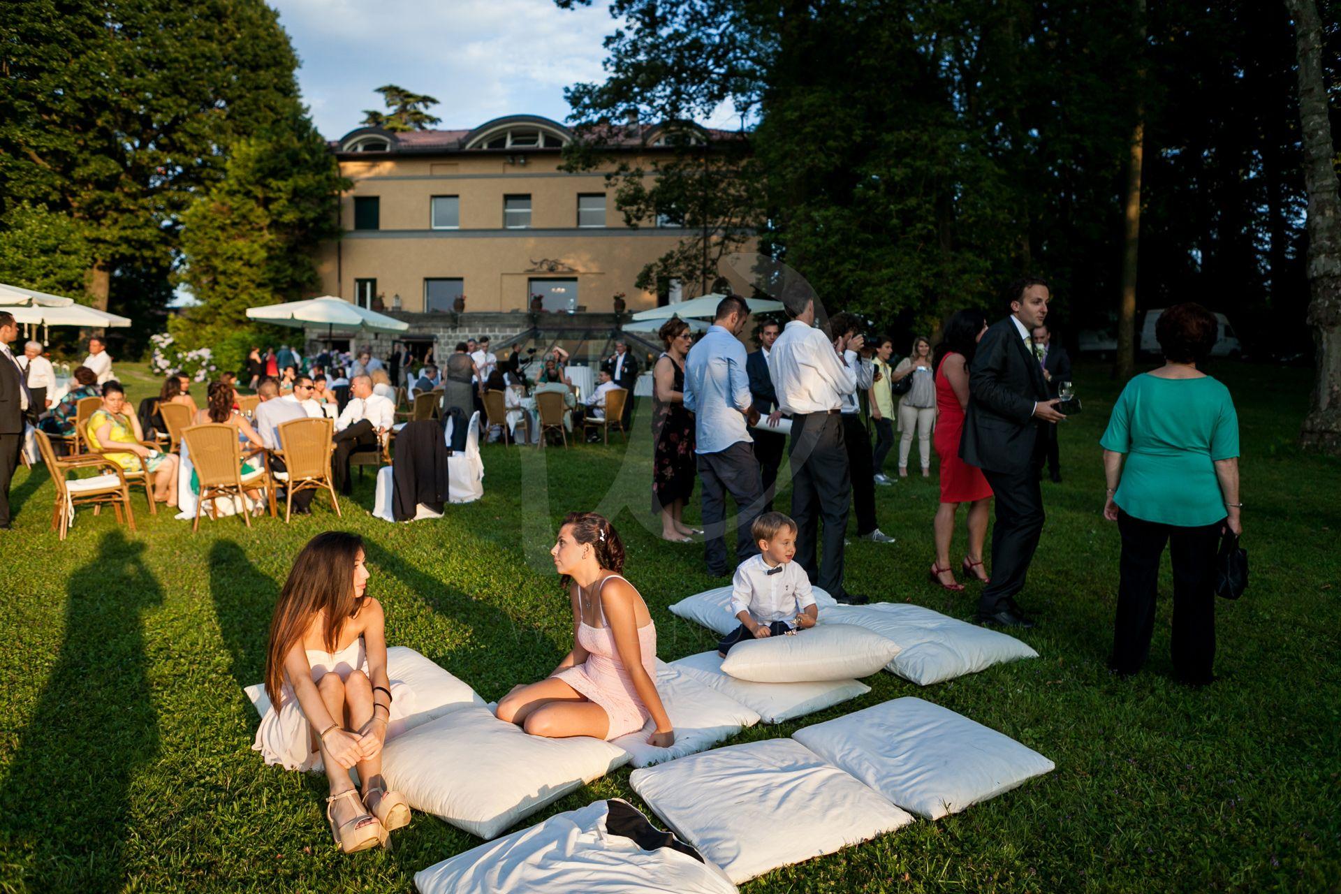 Lake MAggiore Wedding story allestimento con cuscinoni nel parco