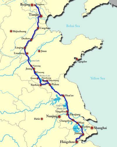 Карта-схема Великого канала Китая. Великий китайский канал соединяет бассейны рек Янцзы и Хуанхэ. В самом узком месте его ширина составляет 40 метров, в самом широком – 350. Это главная водная артерия Поднебесной, по которой ежегодно перевозится до 10 миллионов тонн грузов.  Интересно, что именно этот объект можно увидеть с орбиты Земли.