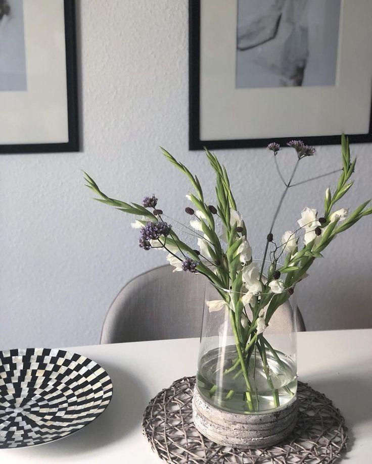 Ich brauche immer Blumen bei mir im Haus egal zu welcher Jahreszeit! Schön deko... -  Ich brauche immer Blumen bei mir im Haus egal zu welcher Jahreszeit! Schön dekoriert auf dem Küchentisch oder in einer Bodenvase. #freshflowers #blum  - #bodenvasedekorieren #bodenvasedekorieren