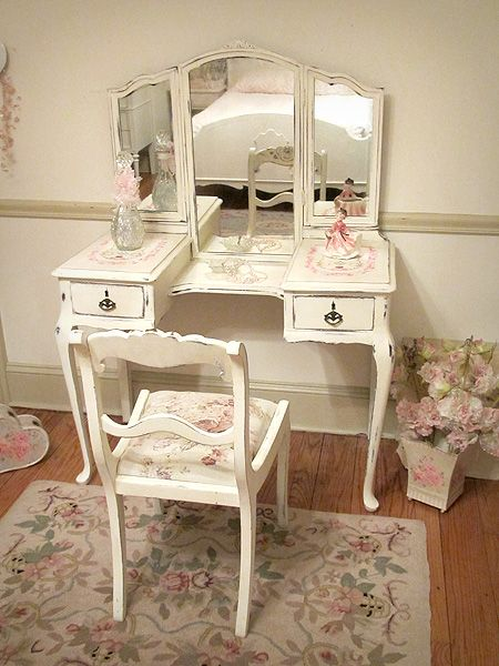 This Site Has So Many Vintage Vanities Dainty Warm White Antique Vanity With Tri Fold Mirror And Shabby Chic Vanity Shabby Chic Dresser Vanity Table Vintage