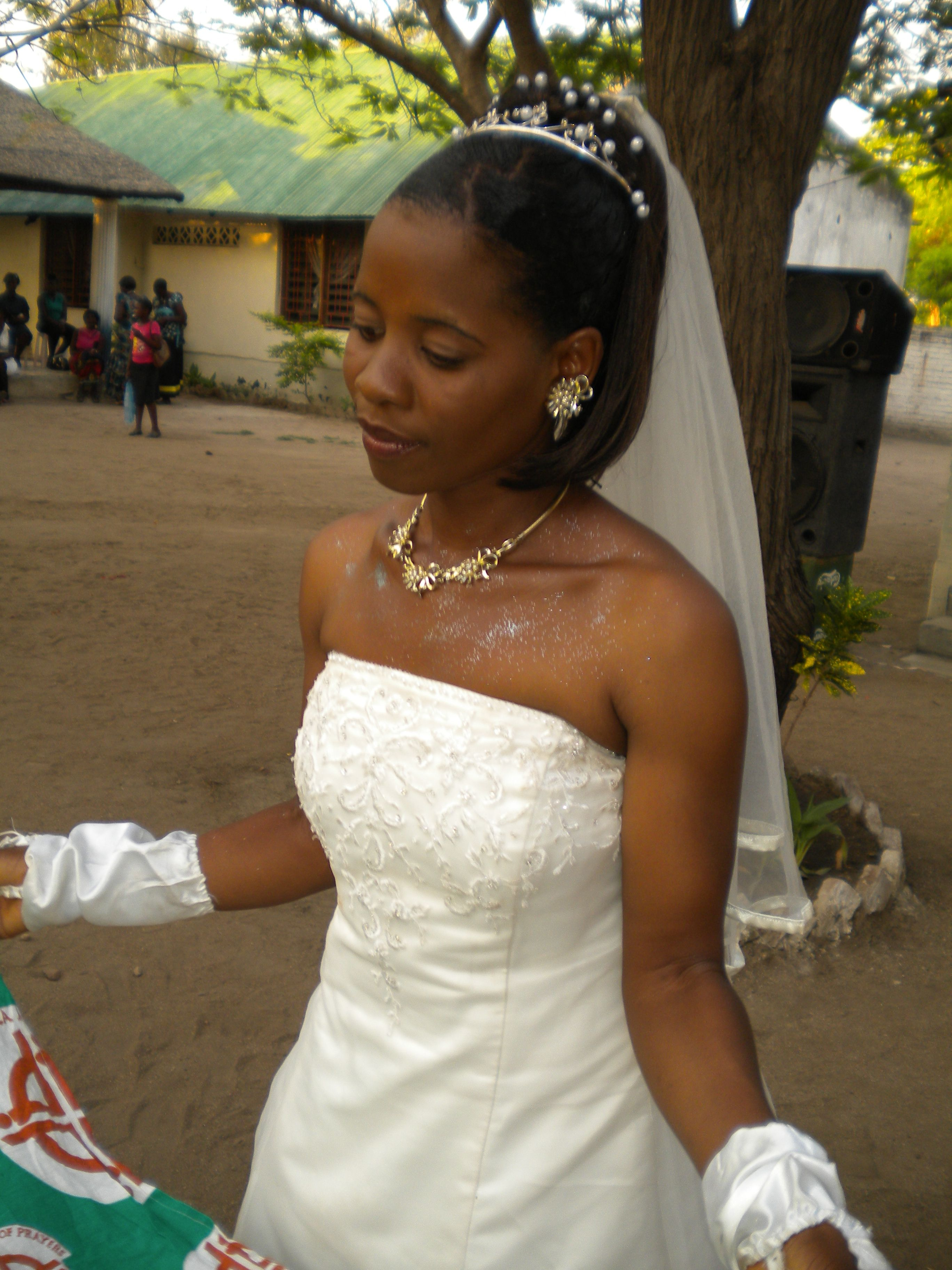 Donate your wedding dress & accessories (bags, veil, hair ...