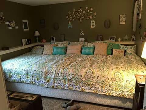Huge Bed Made Of Wooden Pallets Huge Bedrooms Home Bedroom Home