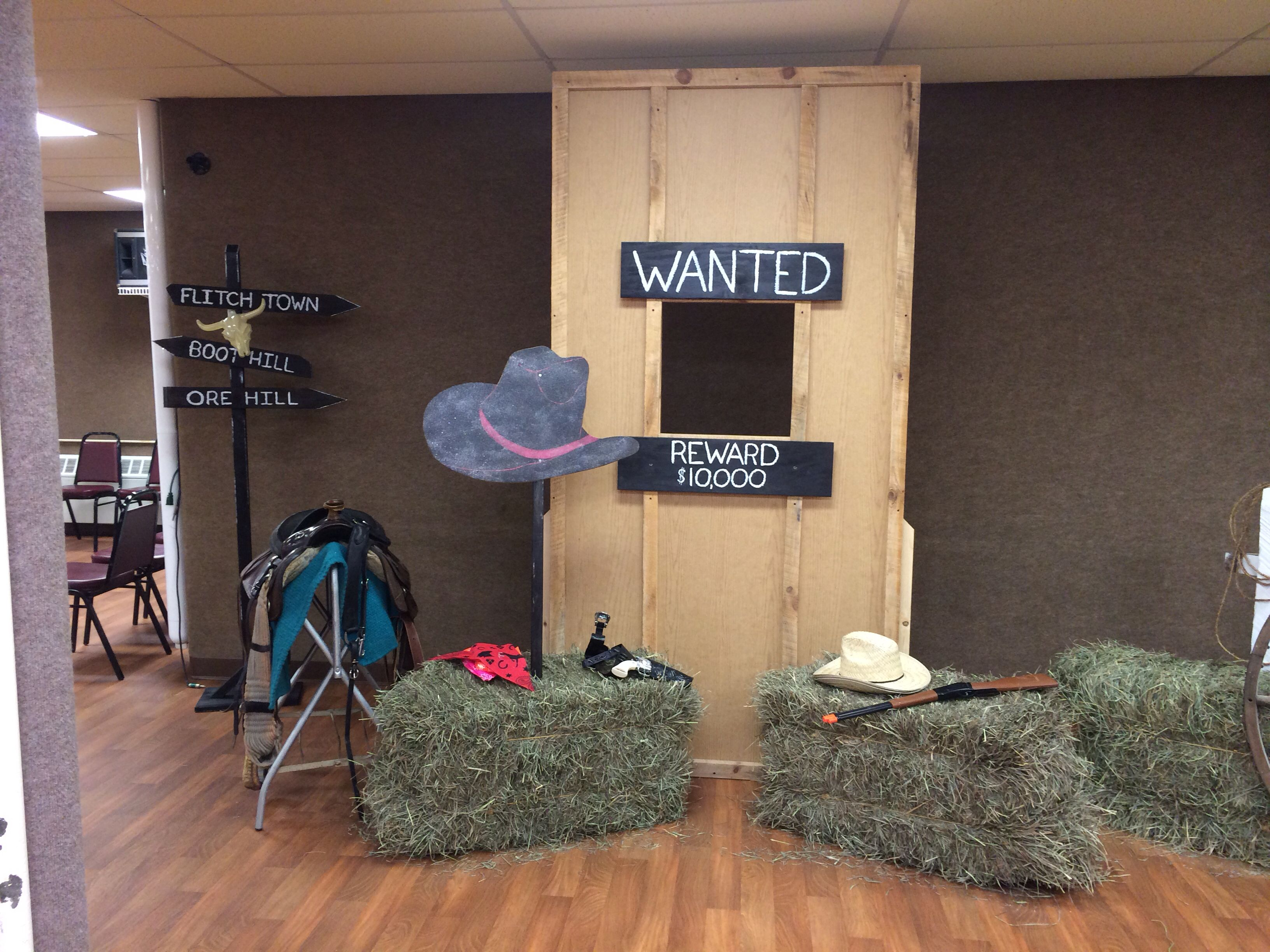Western party decorations western 16th birthday party for Decoration western