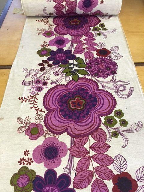 retro stof met mooie bloemenprint in verschillende kleuren paars en lila met groene blaadjes en
