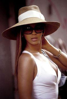 c4a8ff7cf83 Beyoncé in Sun hat