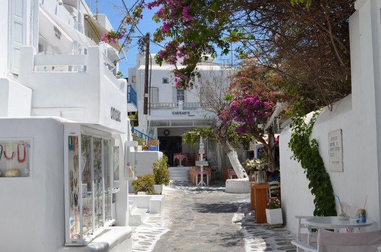 interesting things to see in Greek island Mykonos, cobbled street 6