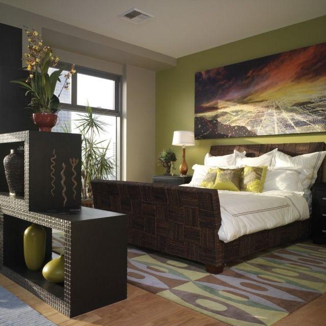 Raumteiler Schlafzimmer Regal Vasen Grüne Wandfarbe