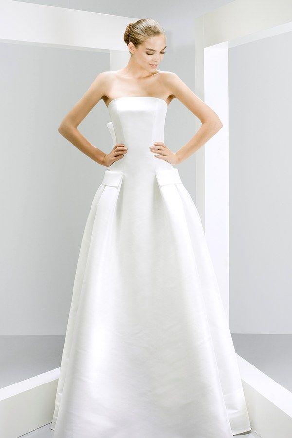 En Riomar fotógrafos de boda nos gusta este elegante vestido de novia colección 2015 de Jesús Peiró. http://riomarfotografosdeboda.com