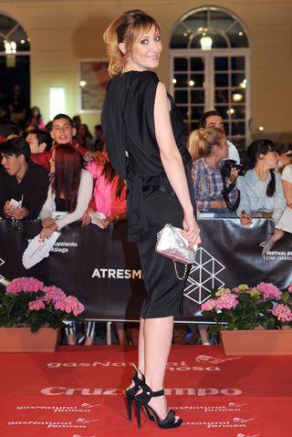 #NathaliePoza lució un #vestido negro tipo túnica con falda lápiz, zapatos negros y bolso metalizado. Así mucho mejor Nathalie!!