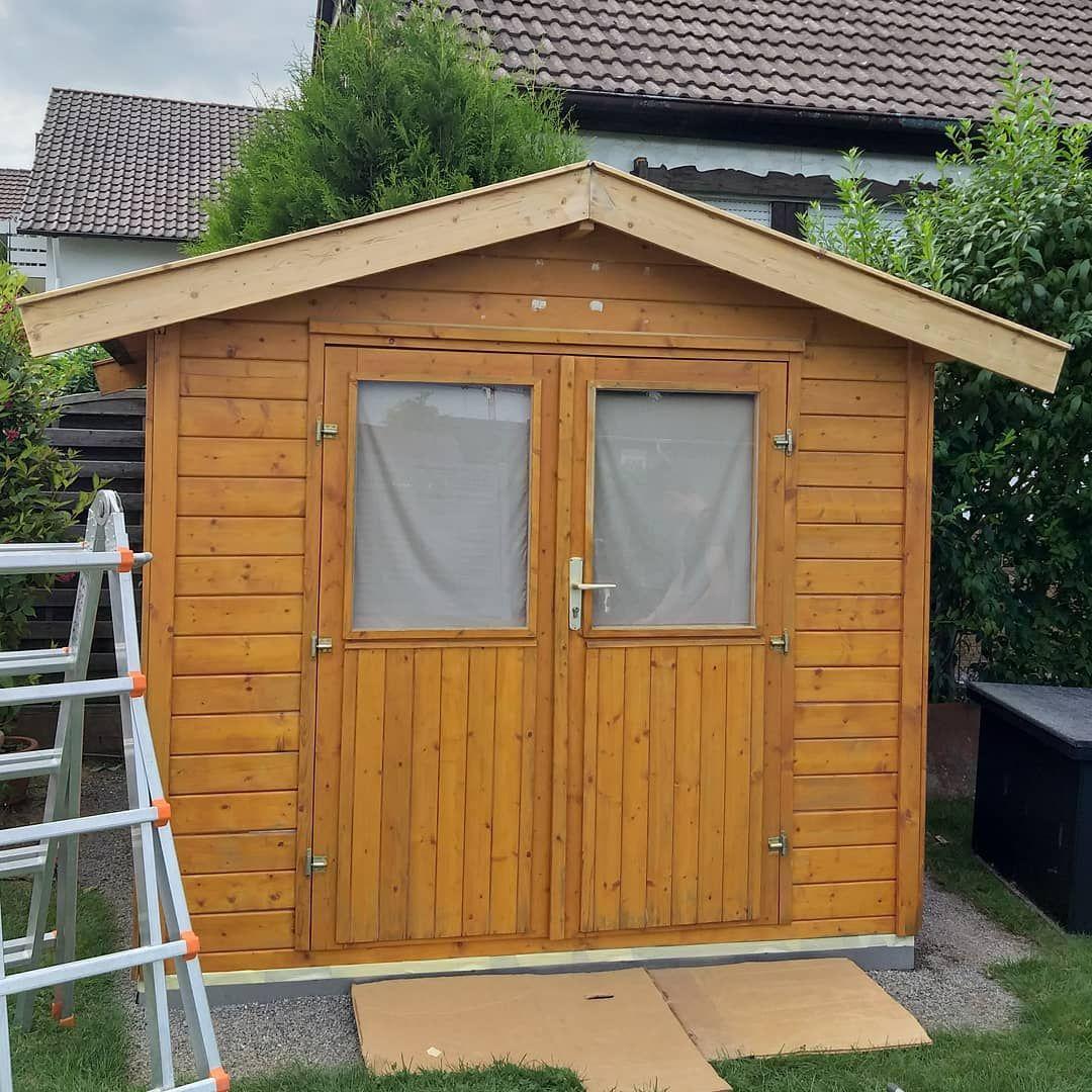 Das Gartenhaus wird für den erneuten Anstrich fertig ...