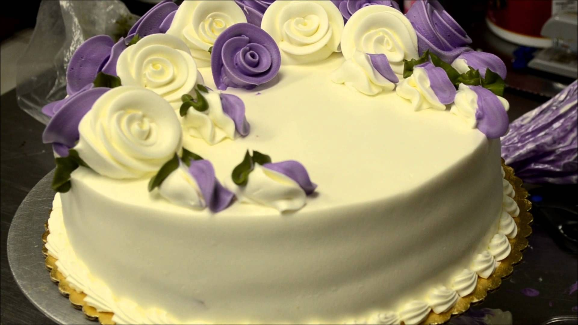 Use whipped cream icing to design a perfect eatable flowers cake