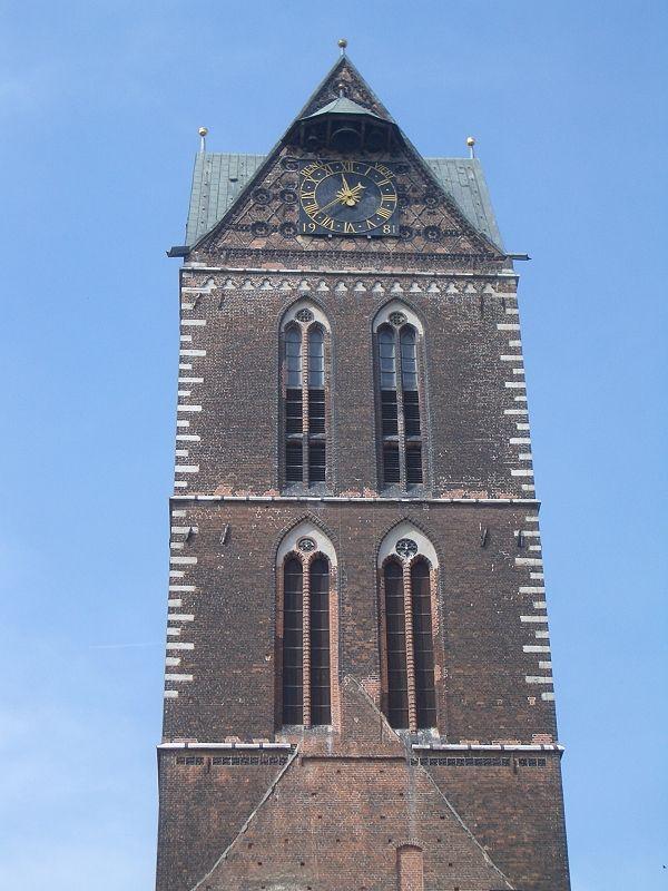 Kirchturm der Marienkirche wurde in Deutschland, Wismar aufgenommen und hat folgende Stichwörter: Mecklenburg-Vorpommern, Deutschland, Wismar.