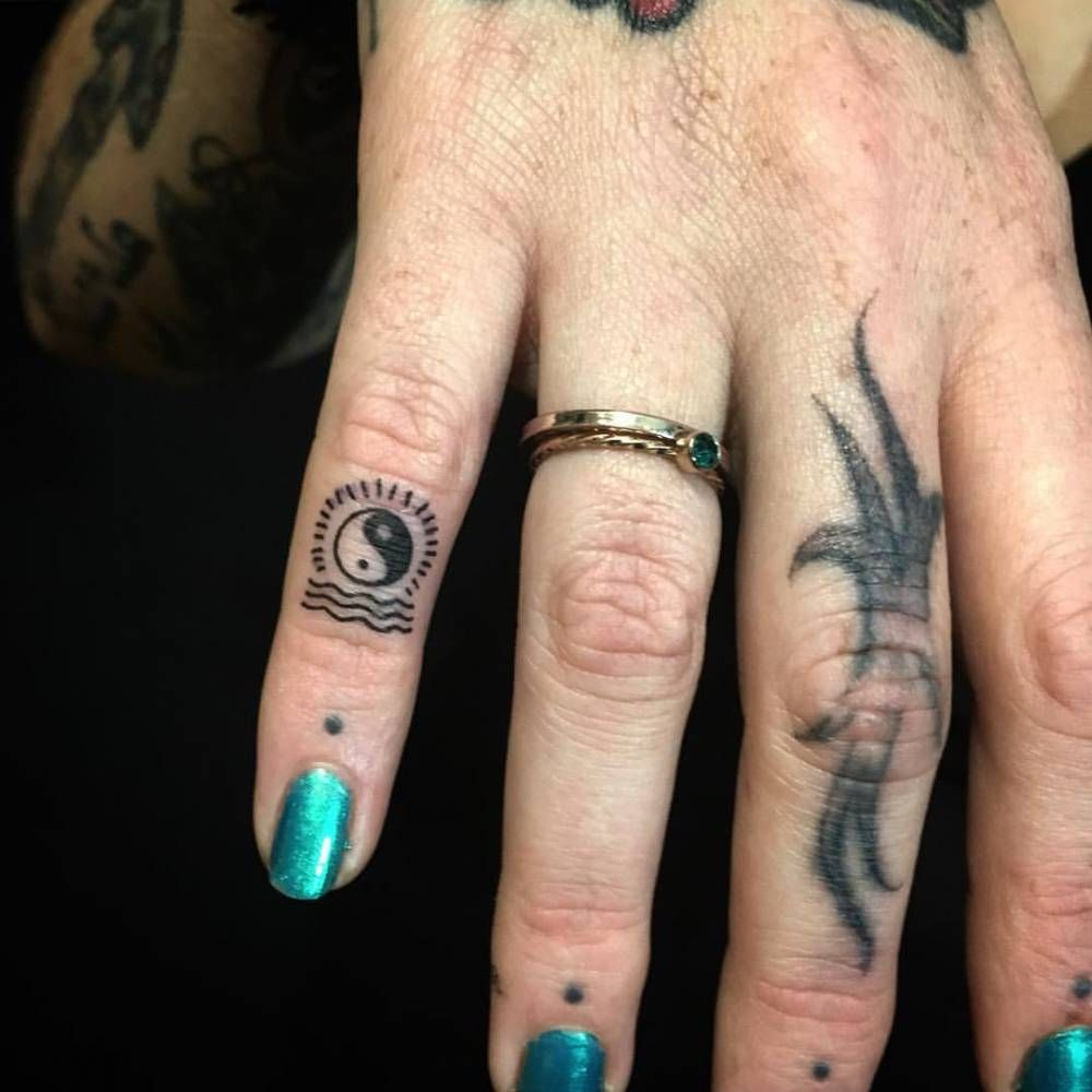 Small yin yang tattoo on the pinky finger. | Tatuajes yin